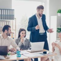 職場の人気者の特徴と注目を集める自己改革のコツ