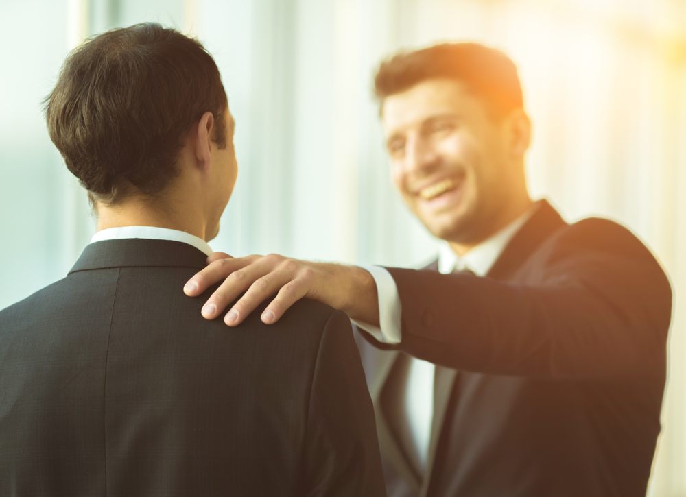 肩に手を置く心理と角の立たない丁寧な対処の仕方